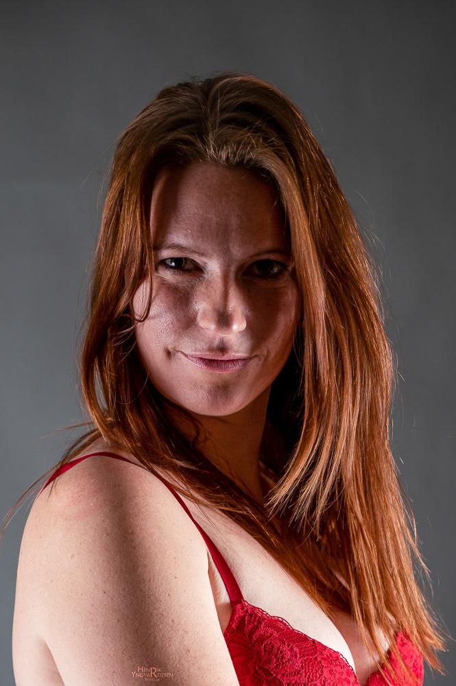 Model LD i rødt lingerie
