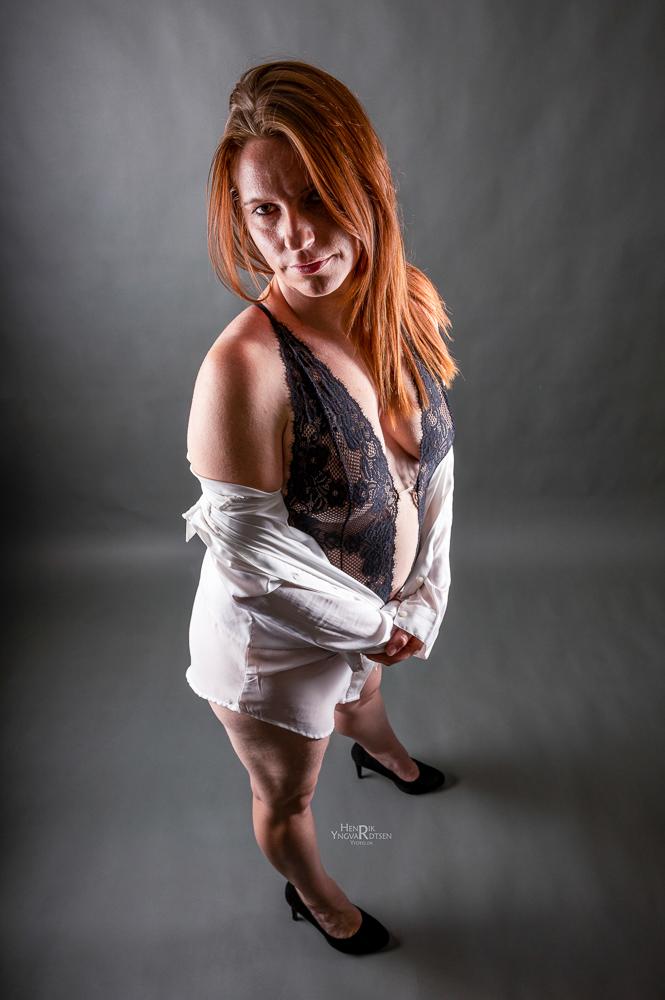 Model LD i sort lingerie